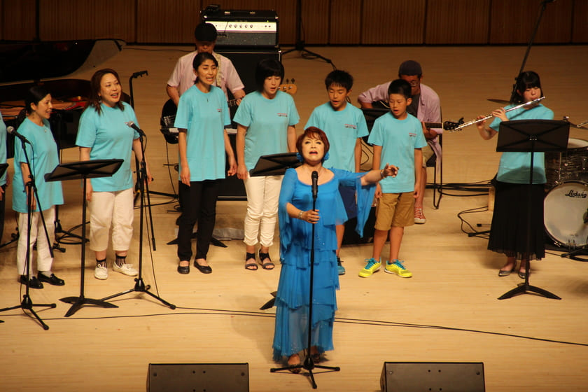 "Performing ""Hanataba wo arigatou"" with local residents"